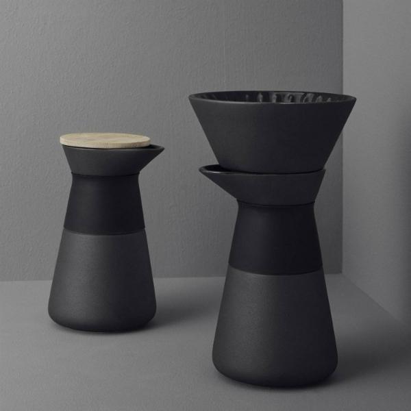 stelton-theo-kaffeefilterkanne-steinzeug-mattschwarz-glaenzende-glasur-bambusdeckel