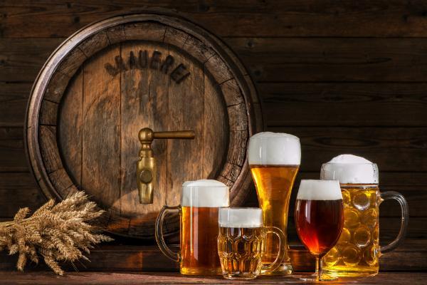 Bierfass mit Biergläsern