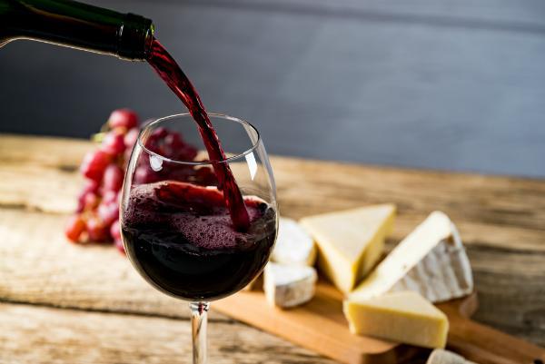 Rotwein in das Glas giessen